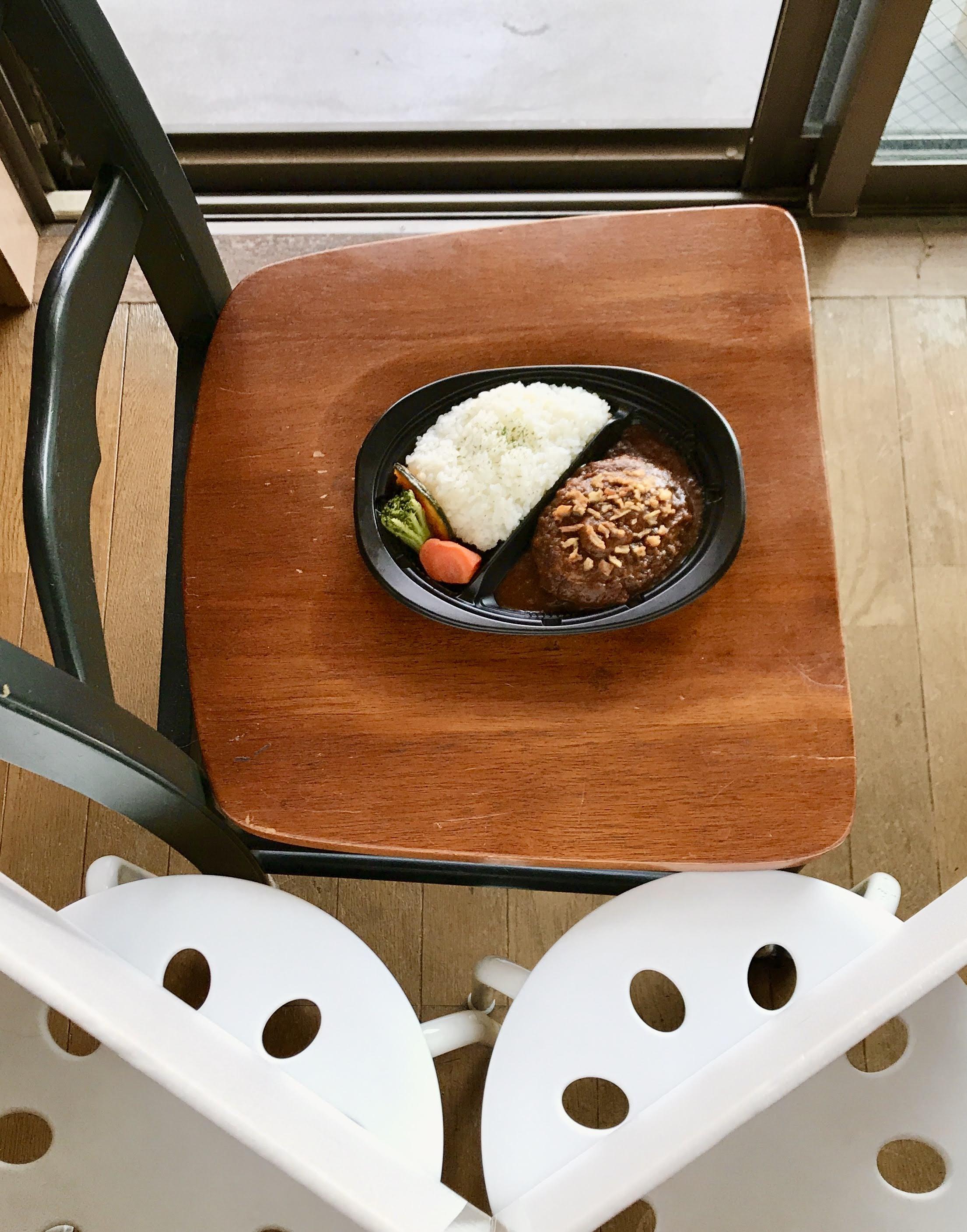 椅子を使ってレフ版と一緒に撮影セットを窓際に作成2