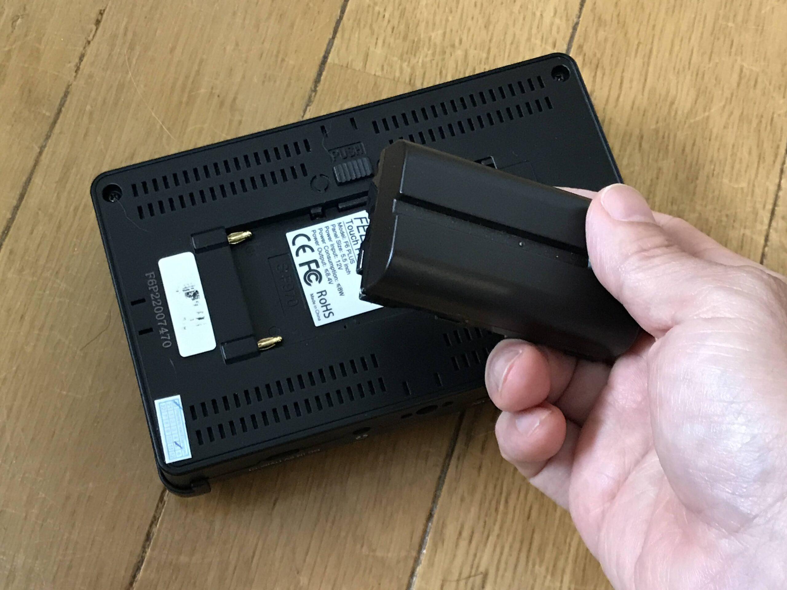 バッテリーはモニター背面にセット